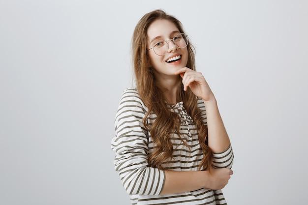 Lächelndes erfolgreiches mädchen, das zuversichtlich schaut