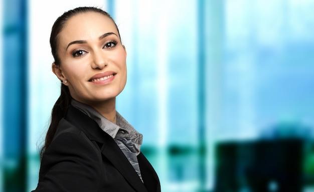 Lächelndes geschäftsfrauporträt in einem modernen büro