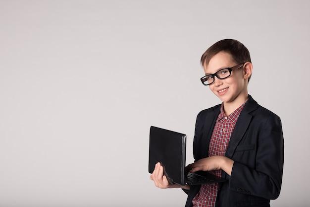 Lächelndes geschäftskind, das laptop in den händen hält