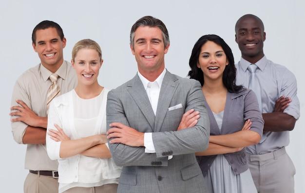 Lächelndes geschäftsteam, das gegen weißen hintergrund steht