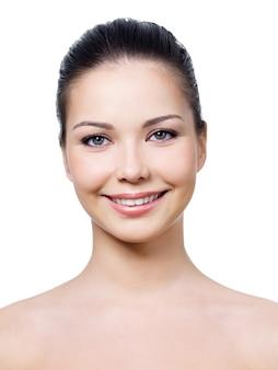 Lächelndes gesicht der frau mit gesunder sauberer haut