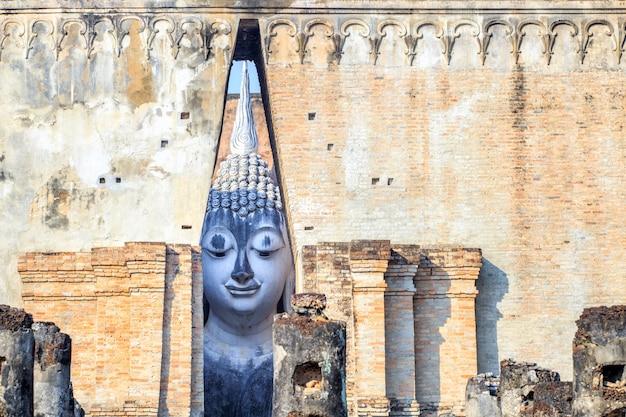 Lächelndes gesicht großer buddha-statue an historischem park sukhothai, sri chum temple, thailand