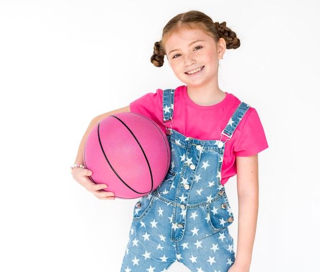 Lächelndes glück-basketball-sport-porträt des kleinen mädchens