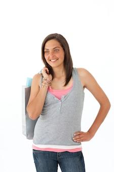 Lächelndes jugendlich mädchen mit einkaufstaschen