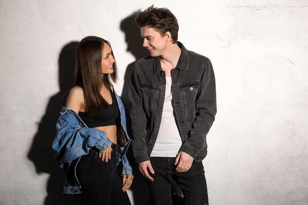 Lächelndes junges liebendes paar, das beiseite schaut