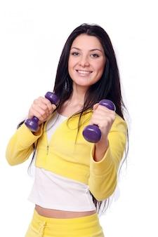 Lächelndes junges mädchen, das fitnessübung tut