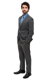 Lächelndes junges managerporträt in voller länge