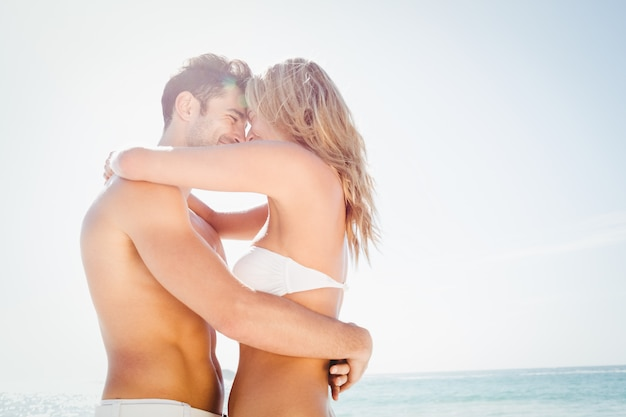 Lächelndes junges paar umarmt