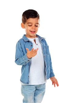 Lächelndes kind, das seine finger zählt Premium Fotos