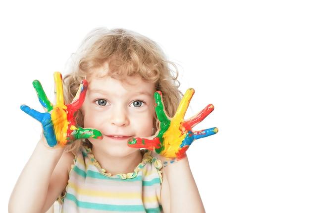 Lächelndes kind mit fingerfarbe