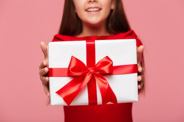 Lächelndes mädchen, das geschenk hält