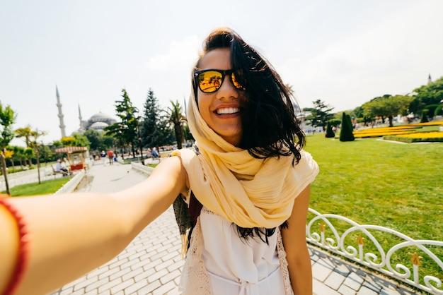 Lächelndes mädchen mit brille student macht selfie