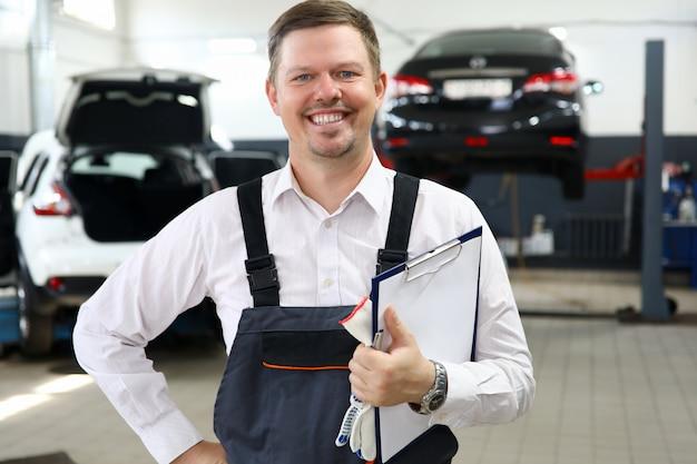 Lächelndes mannarbeitskraftreparatur-autoservice-porträt.