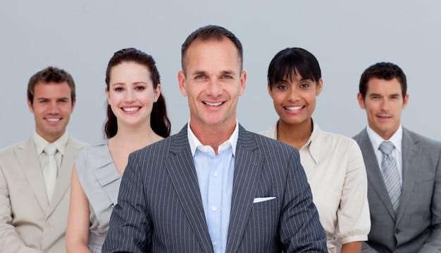 Lächelndes multiethnisches geschäftsteam, das vor der kamera steht