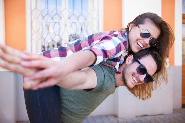 Lächelndes paar, das in der stadt genießt