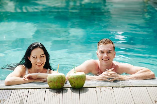 Lächelndes paar im schwimmbad