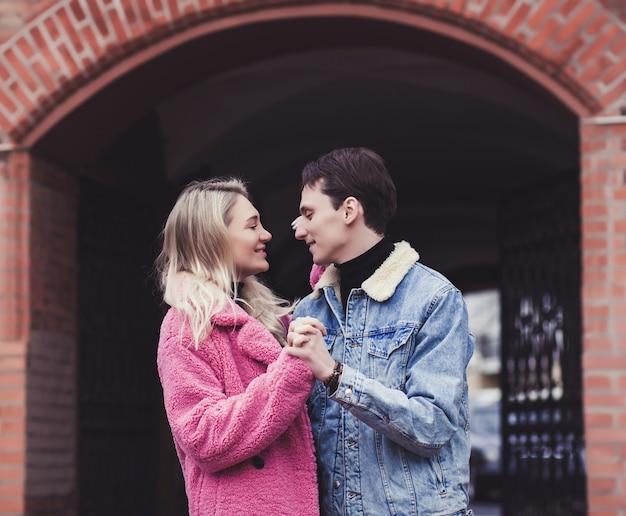 Lächelndes paar in der umarmung in der stadt. valentinstag