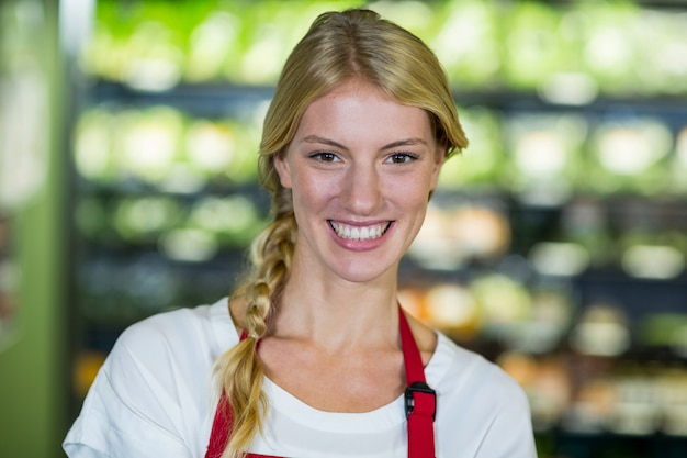 Lächelndes personal im supermarkt