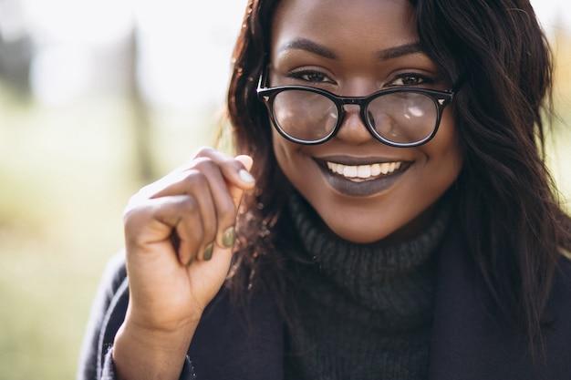 Lächelndes porträt der afroamerikanerfrau