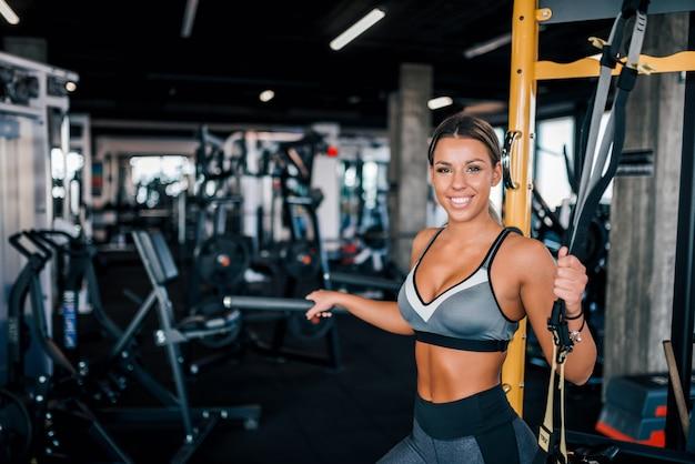 Lächelndes porträt einer muskulösen athletin.