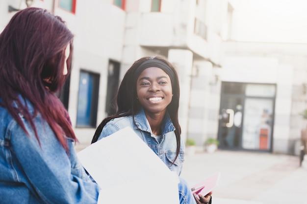 Lächelndes porträt eines jungen afrikanischen studenten.