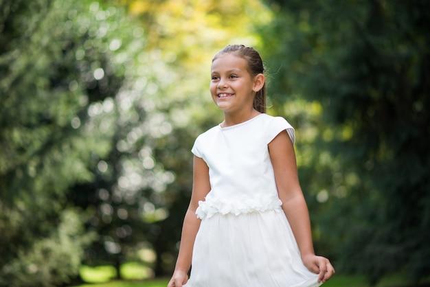 Lächelndes schönes kinderporträt