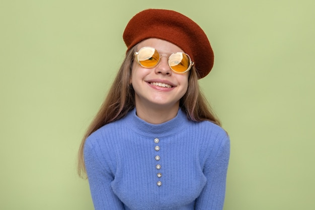 Lächelndes schönes kleines mädchen mit hut mit brille