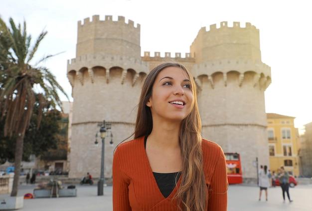 Lächelndes schönes touristenmädchen in valencia, spanien