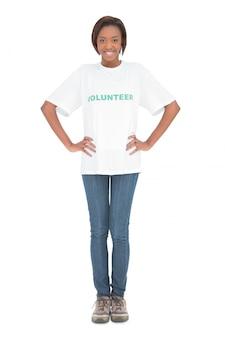 Lächelndes tragendes freiwilliges t-shirt der frau