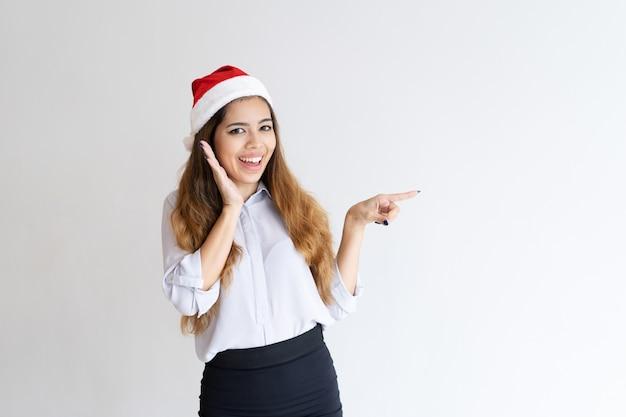 Lächelndes weihnachtsmädchen, das nachrichten teilt