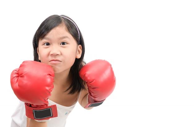 Lächelnmädchen, das mit den roten lokalisierten boxhandschuhen kämpft