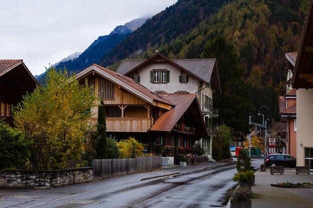 Ländliche hauschalets in den schweizer alpen