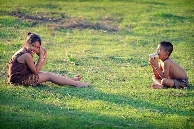 Ländliche kinder kommunizieren mit dem telefon