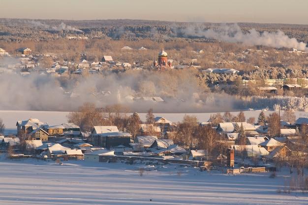Ländliche landschaft des winters der russischen landschaft. frostiger wintermorgen