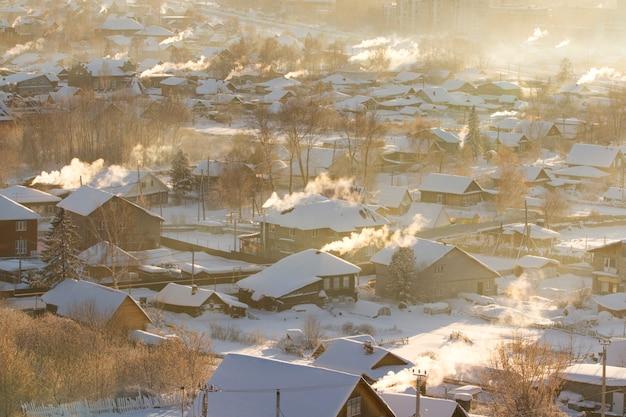 Ländliche landschaft des winters der russischen landschaft.