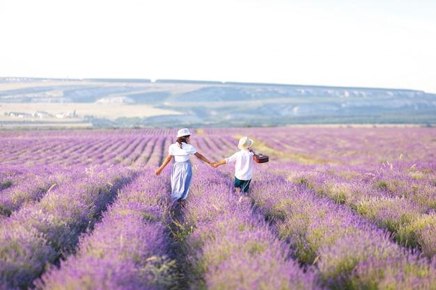 Ländliche landschaft mit ein paar kindern in einem lavendelfeld