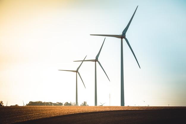 Ländliche landschaft mit funktionierender windkraftanlage