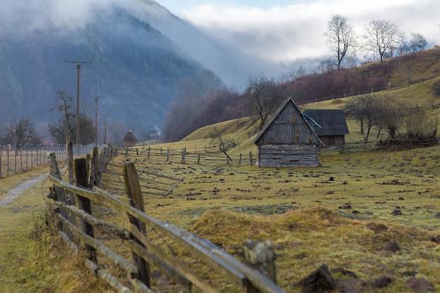 Ländliche landschaft rumänien, morgendliches bewölktes wetter in den bergen