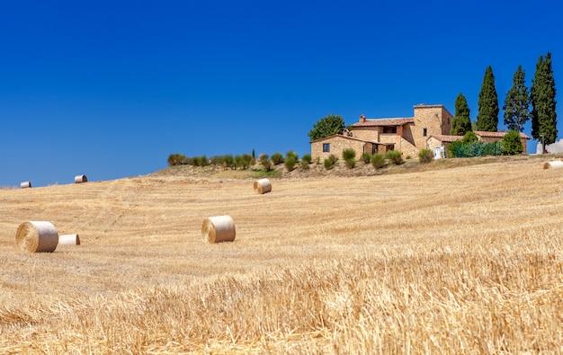 Ländliche landschaften der toskana, italien. ballen und heuschober auf den hügeln und feldern.