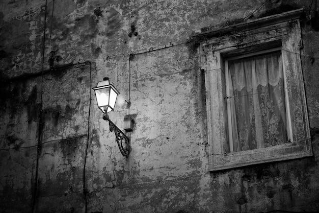 Ländliche wand mit lampe in der nacht
