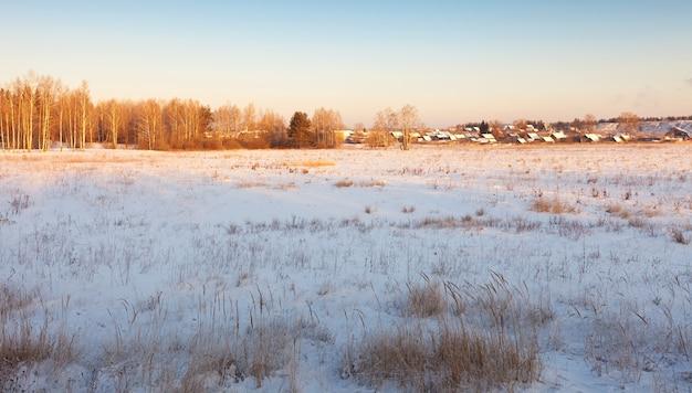 Ländliche winterliche landschaft