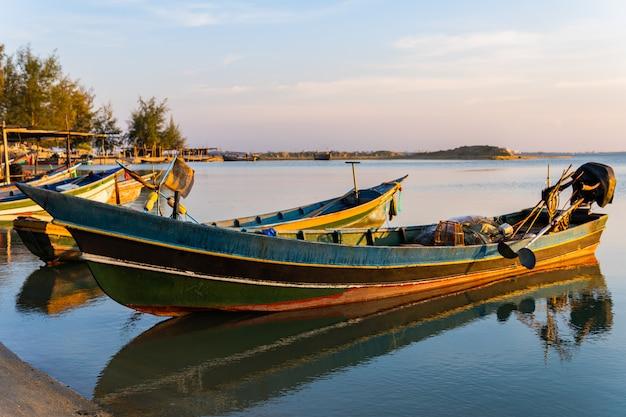Ländlicher bootsanker der küstenfischerei auf see am abend