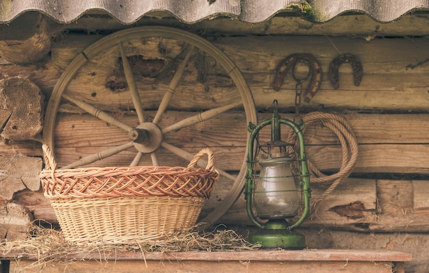 Ländliches retro-stillleben. tisch in der nähe des getreidespeichers