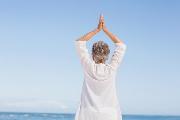 Lässige ältere frau mit ausgestreckten armen