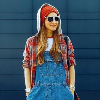 Lässige brünette. studiensaison. mode im urbanen stil