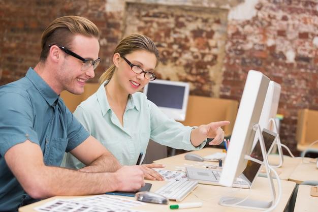 Lässige foto-editoren bei der arbeit im büro