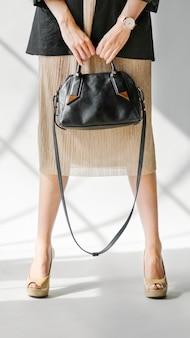 Lässige frau, die eine handytapete der handtasche trägt