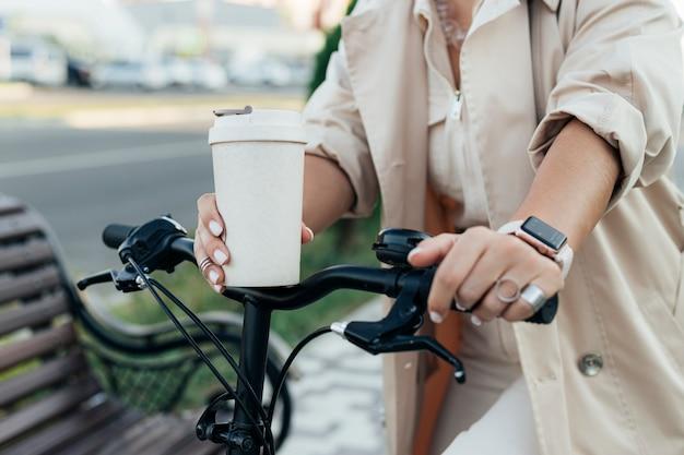 Lässige frau, die umweltfreundliches fahrrad reitet