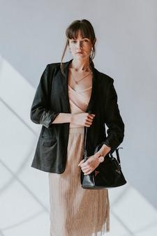 Lässige frau in einem schwarzen blazer