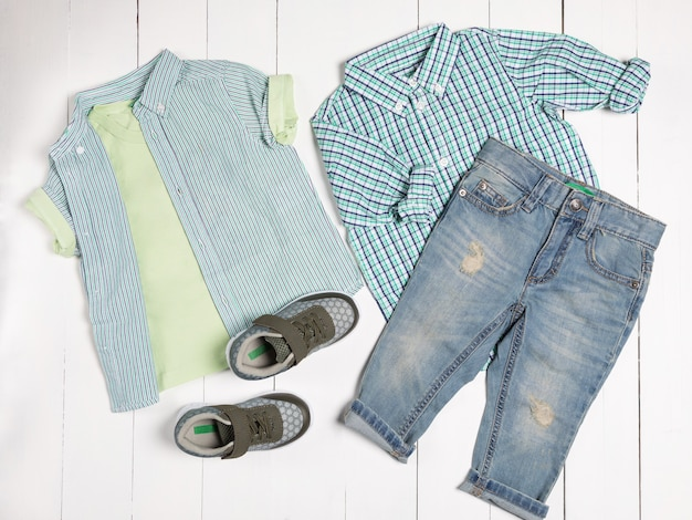 Lässige herren-outfits für herrenbekleidung mit t-shirt, grauen schuhen, shorts isoliert auf weißem hintergrund, draufsicht